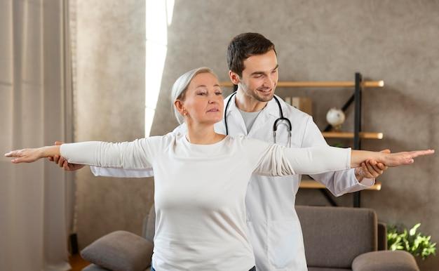 Średnio strzałowy pacjent i lekarz
