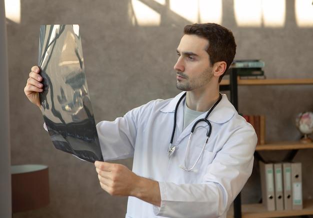 Średnio strzałowy pracownik służby zdrowia w pracy