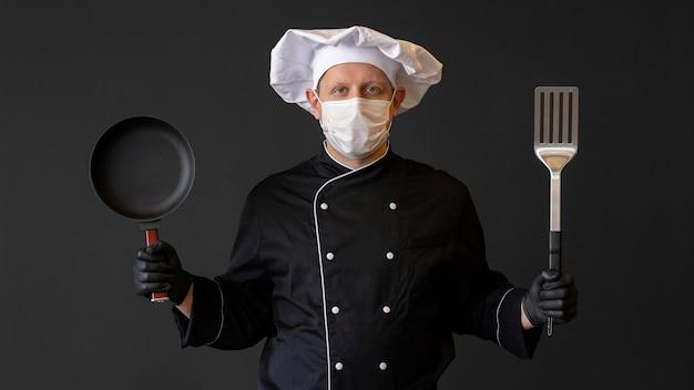 Średnio strzałowy szef kuchni w masce ochronnej
