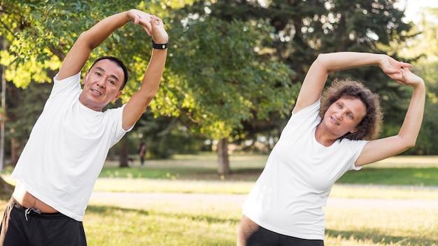 Średnio strzałowy trening mężczyzny i kobiety