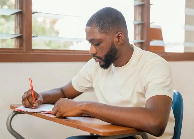 Średnio strzałowy uczeń robi notatki
