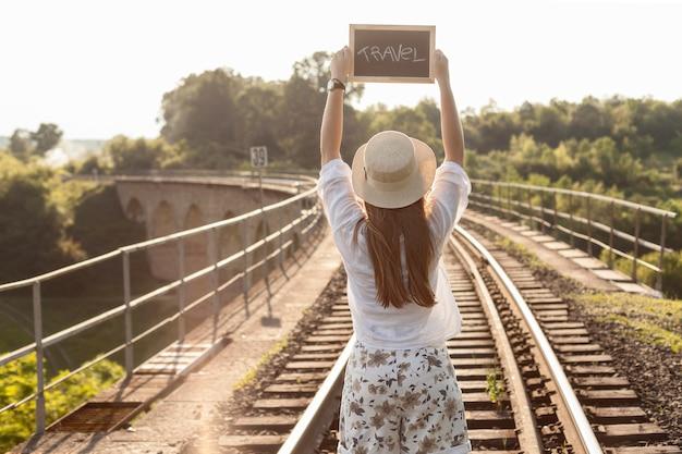 Średnio strzału kobiety mienia podróży deska