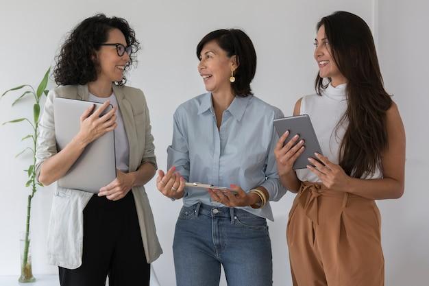Średnio strzelające kobiety biznesu rozmawiają ze sobą
