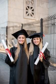 Średnio strzelający absolwenci college'u uśmiechnięci