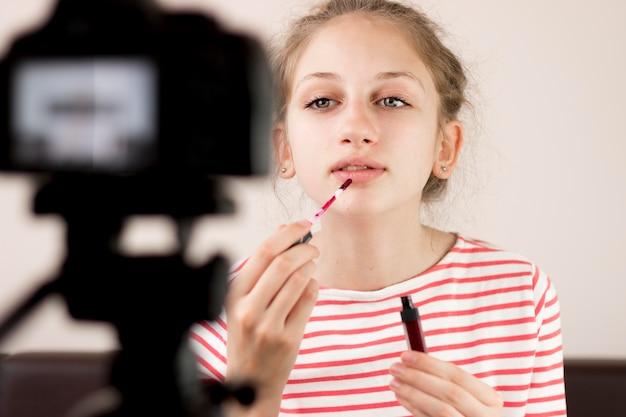 Średnio strzelający bloger przy użyciu szminki