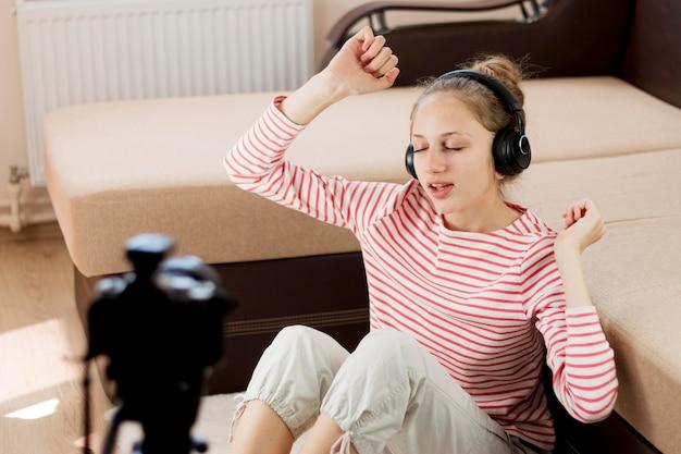Średnio strzelający bloger słuchający muzyki