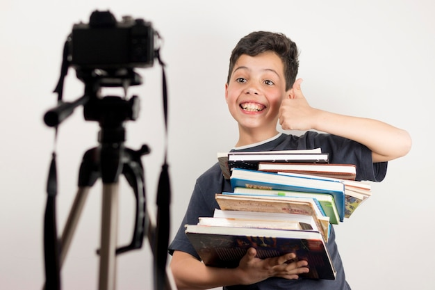 Średnio strzelający bloger trzymający książki