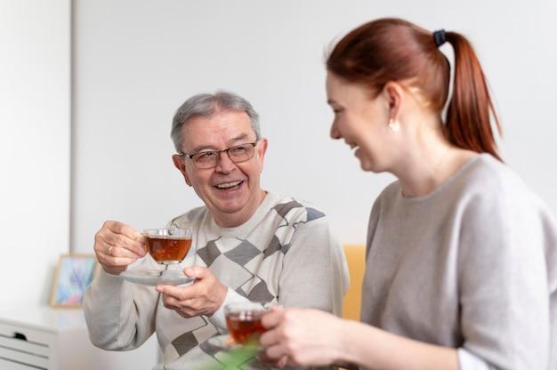 Średnio strzelający ludzie z filiżankami do herbaty