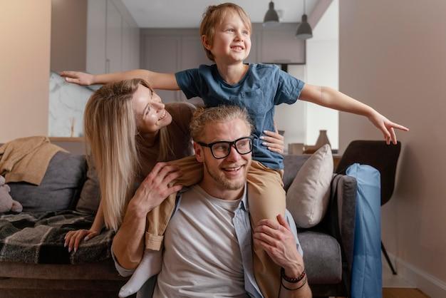 Średnio strzelający rodzice i dziecko w domu