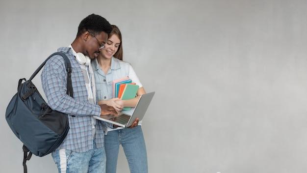 Średnio strzelający studenci z laptopem