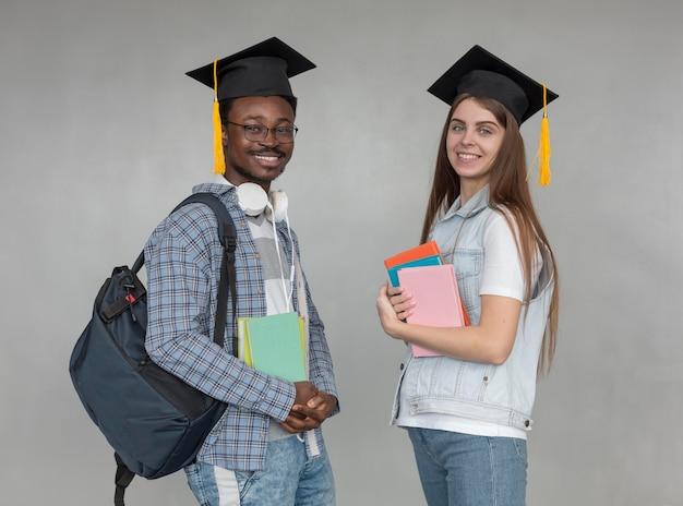 Średnio strzelający uczniowie w czapkach