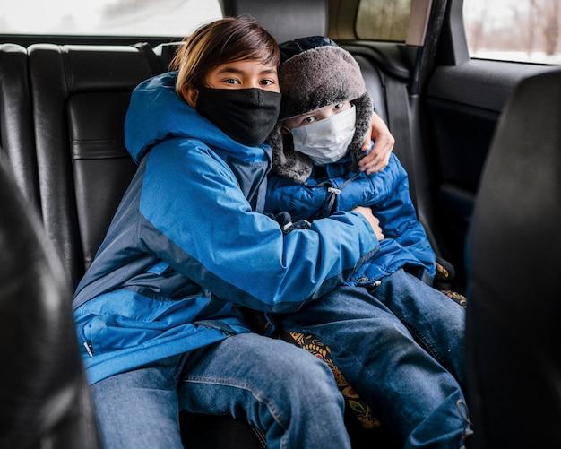 Średnio strzelane dzieci w maskach