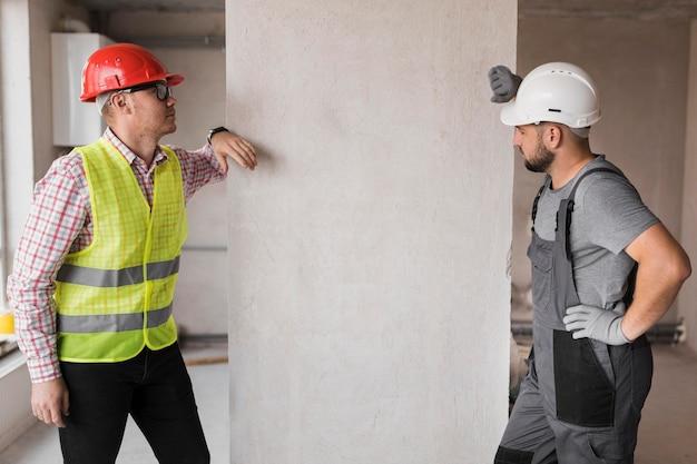 Średnio strzelani mężczyźni rozmawiający w pracy