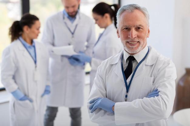 Średnio strzelani naukowcy w fartuchach laboratoryjnych