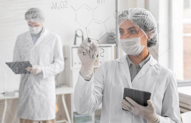 Średnio strzelani naukowcy z maskami na twarz