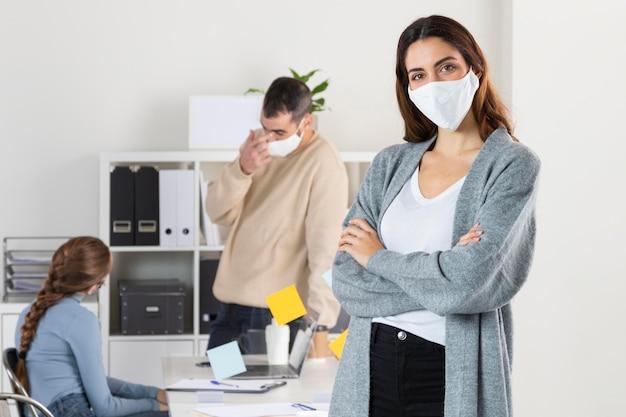 Średnio strzelani pracownicy z maskami