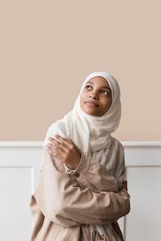 Średnio ubrana kobieta w hidżabie