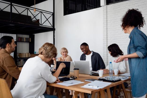 Średnio ujęci ludzie biznesu z urządzeniami