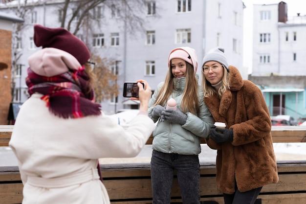 Średnio ujęci przyjaciele pozujący na zewnątrz