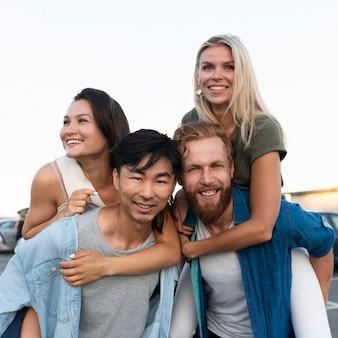 Średnio ujęci przyjaciele pozujący razem