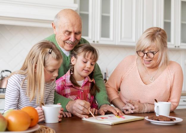 Średnio ujęcia dziadków i dziewczynki w pomieszczeniach