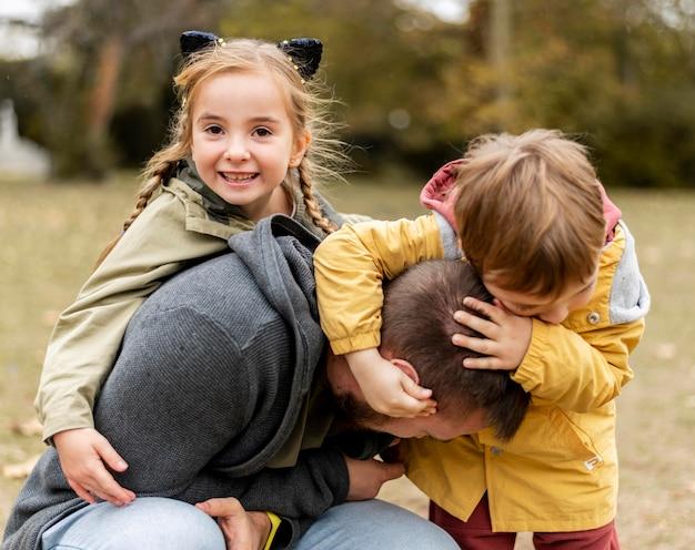 Średnio Ujęcia Dzieci Bawiące Się Z Ojcem Premium Zdjęcia
