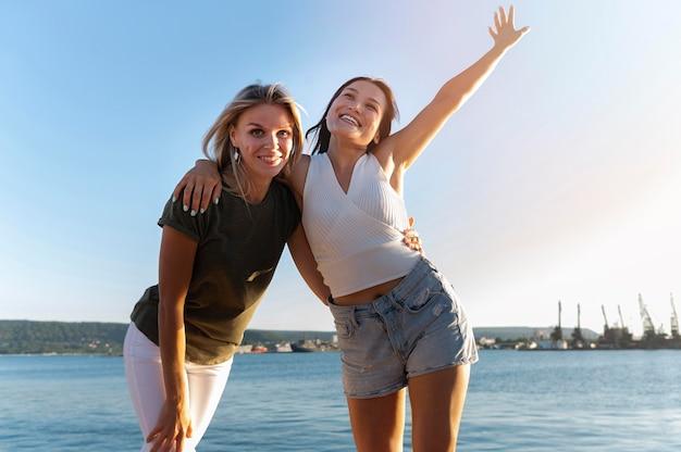 Średnio ujęcia dziewczyny pozujące nad morzem