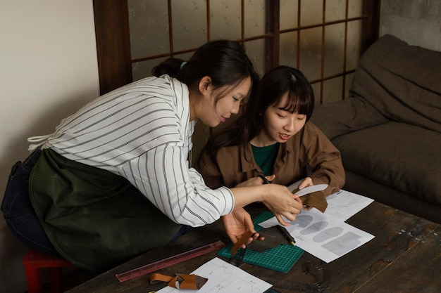 Średnio ujęcia kobiet pracujących razem