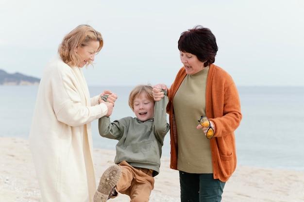 Średnio ujęcia kobiety bawiące się z dzieckiem