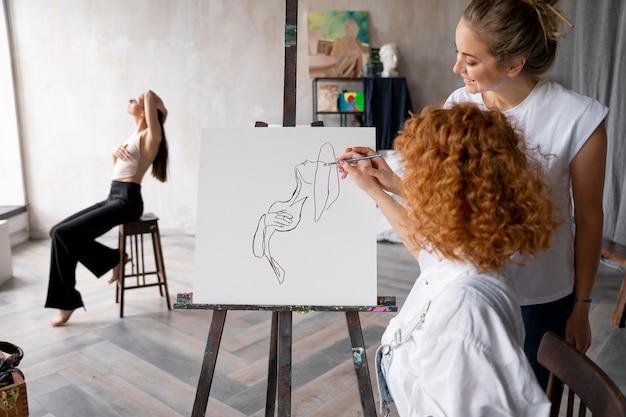 Średnio ujęcia kobiety malujące razem