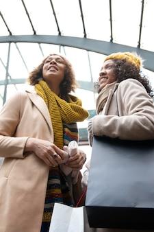 Średnio ujęcia kobiety podróżujące razem