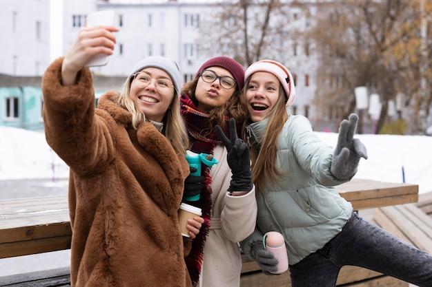 Średnio ujęcia kobiety pozujące zimą