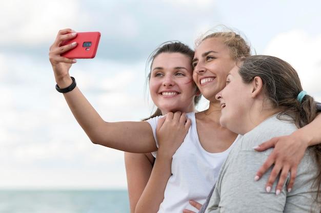 Średnio ujęcia kobiety robiące selfie
