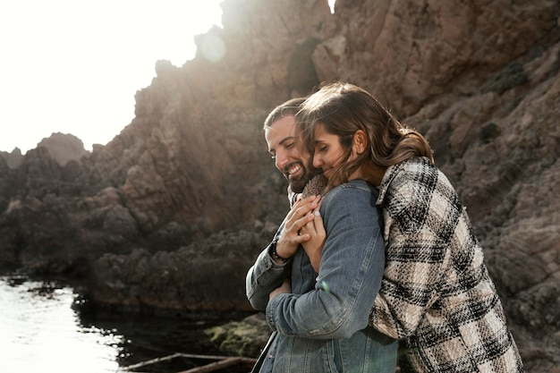 Średnio ujęcia ludzi przytulających się na zewnątrz