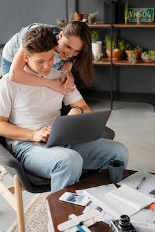 Średnio ujęcia ludzie z laptopem