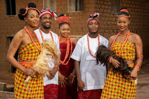 Średnio ujęcia nigeryjskich tancerzy