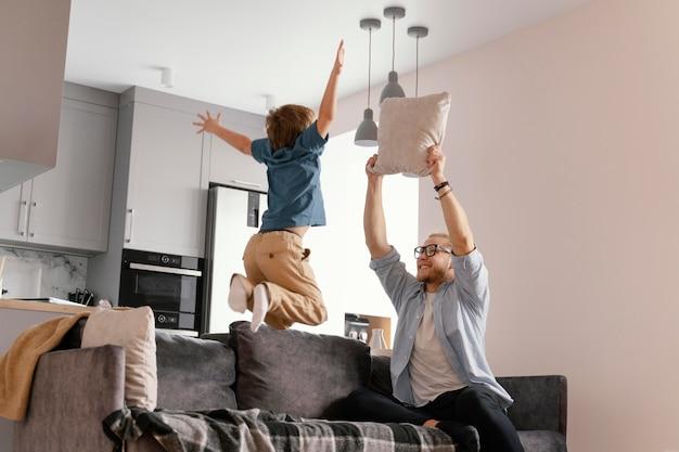 Średnio ujęcia ojciec i dziecko dobrze się bawią