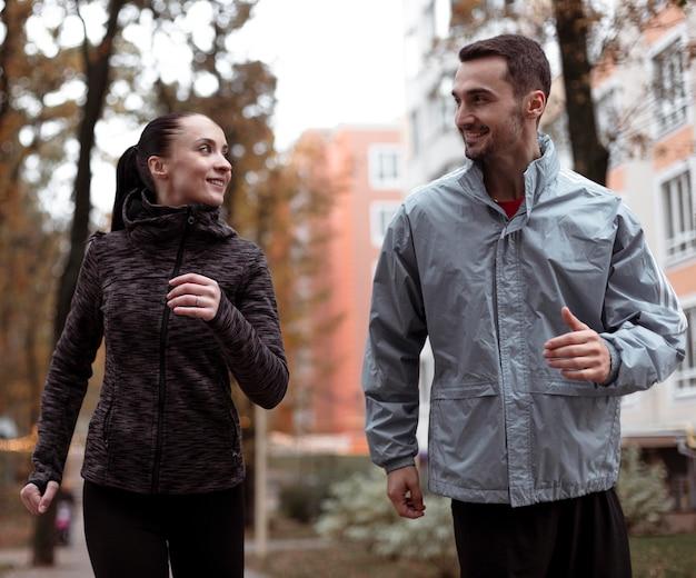 Średnio ujęcia osób biegających na zewnątrz