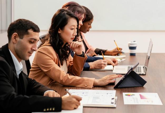 Średnio ujęcia osób pracujących razem