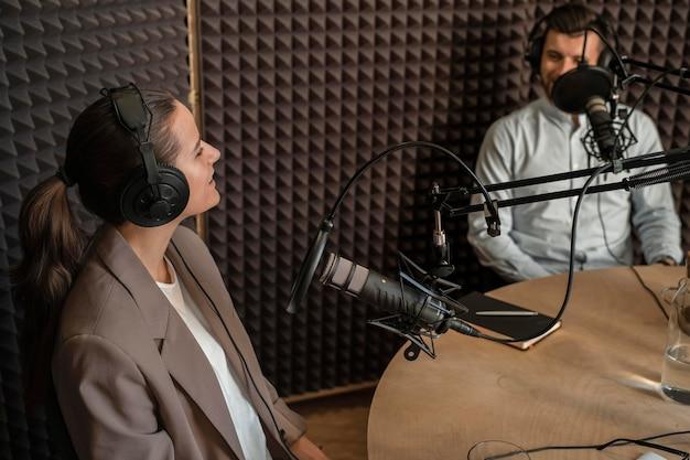 Średnio ujęcia uśmiechniętych ludzi w radiu