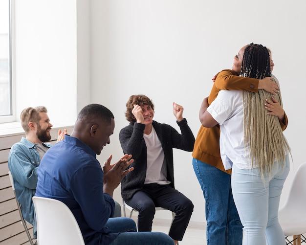 Średnio ujęcia więzi między ludźmi na spotkaniu
