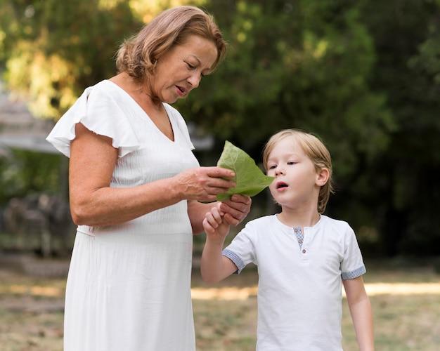 Średnio ujęcie babci i dziecka z liściem