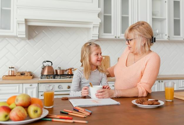 Średnio ujęcie babci i dziewczynki