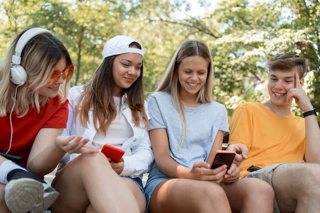 Średnio ujęcie dobrze się bawiącej grupy przyjaciół