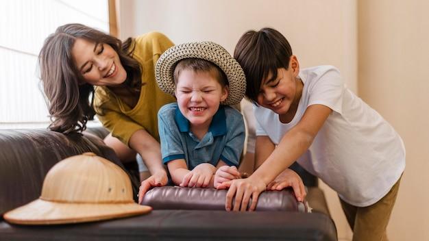 Średnio ujęcie dzieci i kobiety z bagażem