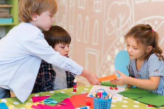 Średnio ujęcie dzieci pracujących razem