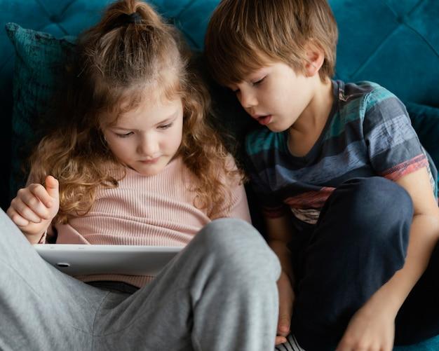 Średnio ujęcie dzieci siedzących razem