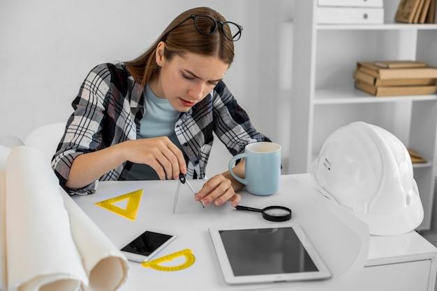 Średnio ujęcie kobiety pracującej nad projektem