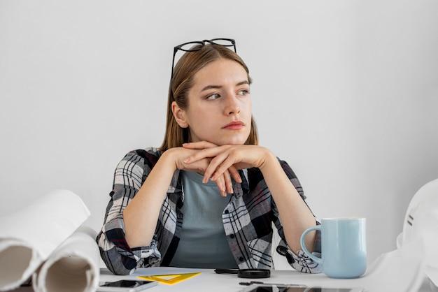 Średnio ujęcie kobiety pracującej w domu