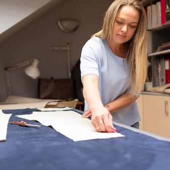 Średnio ujęcie kobiety pracującej z materiałem